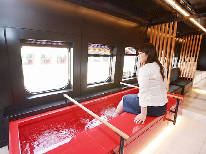 El tren Toreiyu Tsubasa está equipado con baños para pies para disfrutar de un viaje relajante