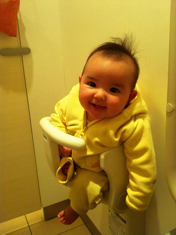 In den meisten Toiletten gibt es Babysitze an den Wänden
