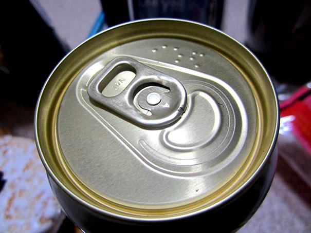 Getränkedosen sind mit Blindenschrift gekennzeichnet