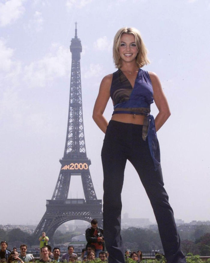 Britney Spears Poses In Front Of The Eiffel Tower