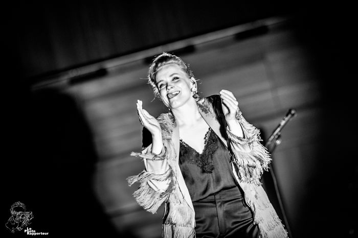 On Saturday, April 28, 2018 At 8:51pm, Norwegian Singer Ane Brun Flashed A Mischievous Glance At The Photographer Whose Presence She Had Just Noticed In Front Of The Stage