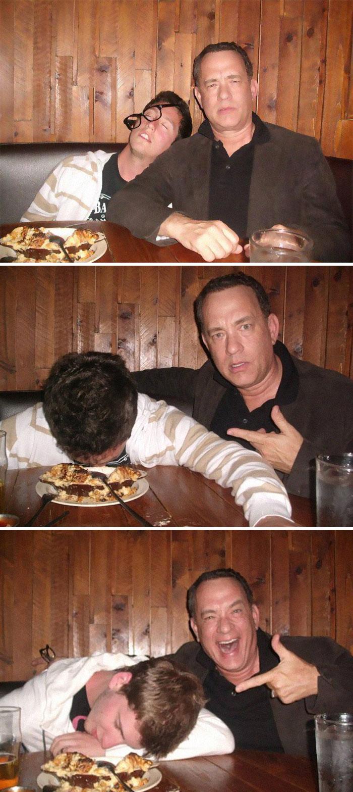 """Tom Hanks haciéndose fotos con sus fans """"borrachos"""""""