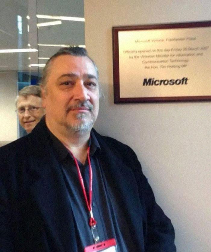 Este hombre quiso hacerse una foto con el cartel de Microsoft y entonces Bill Gates apareció en la foto