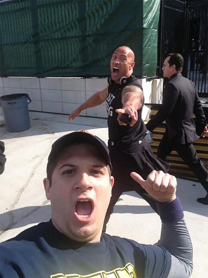The Rock haciéndole photobomb a un fan