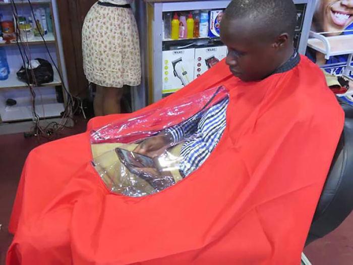 Funda para que te corten el pelo y poder estar con el móvil a la vez