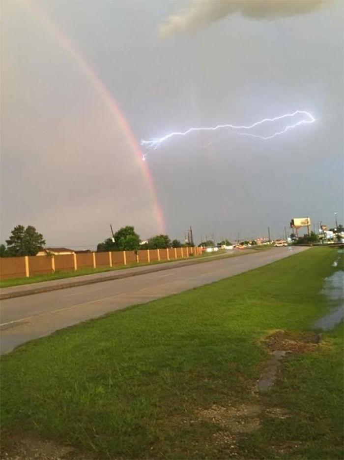Rayo y arco iris, pillado en el móvil de mi madre