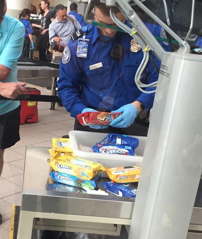 Una persona intentaba llevarse 50 cajas de galletas en el aeropuerto de Orlando y lo trataron como un señor de la droga
