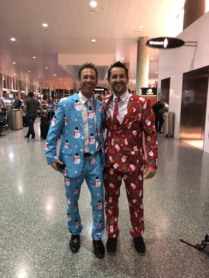 Vuelo a casa por Navidad y me vestí así para sorprender a mi familia. Me encontré a este desconocido antes del vuelo y nos hicimos amigos instantáneamente