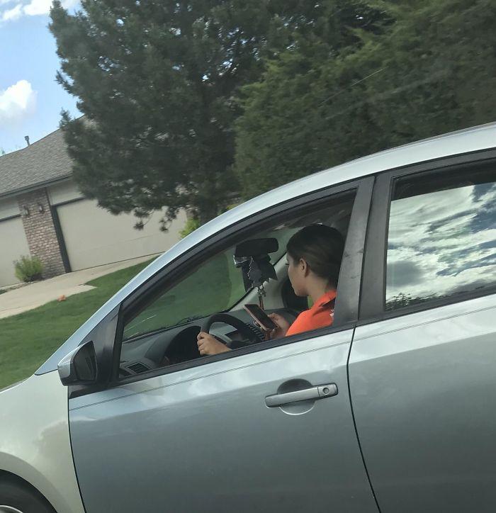 Conduciendo a 65 km/h y mirando snapchat. Había un niño en el asiento del pasajero. Cada vez veo a más gente haciendo esto. (Foto hecha por un pasajero)