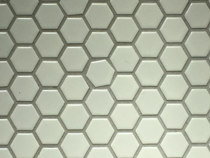 Este azulejo en el suelo del baño