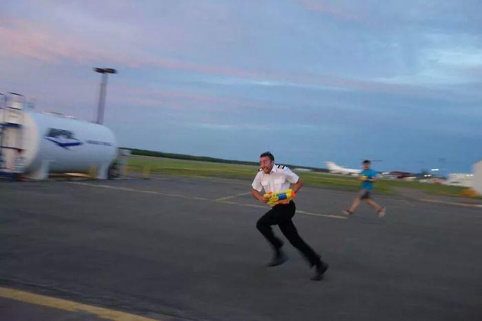 Mi amigo es piloto y cuando se aburren se pelean con pistolas de agua