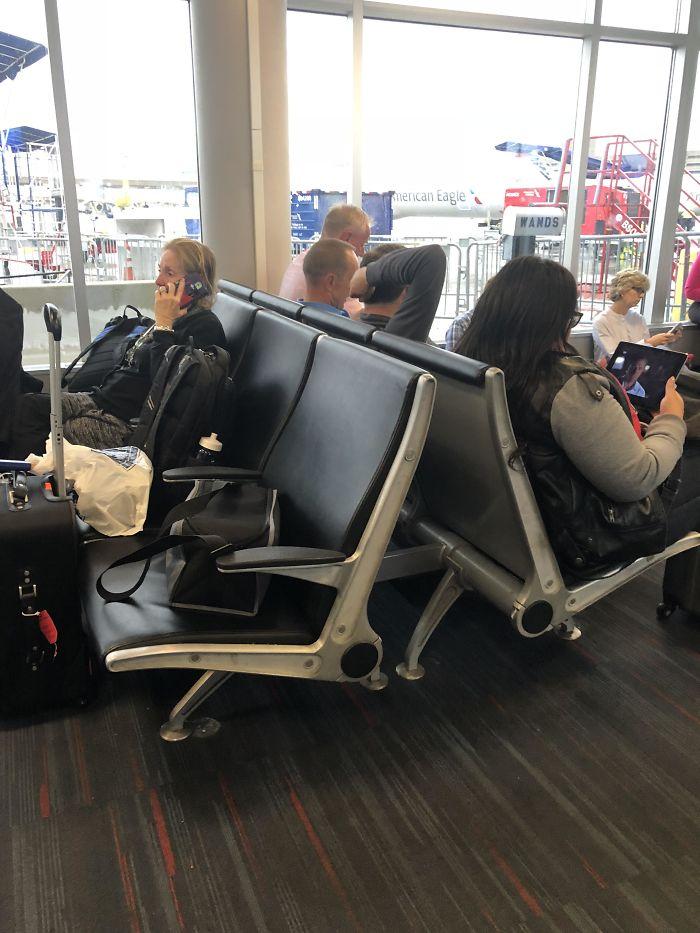 La terminal estaba llena y había gente sentándose en el suelo, mientras esta mujer ocupa 3 asientos para su equipaje