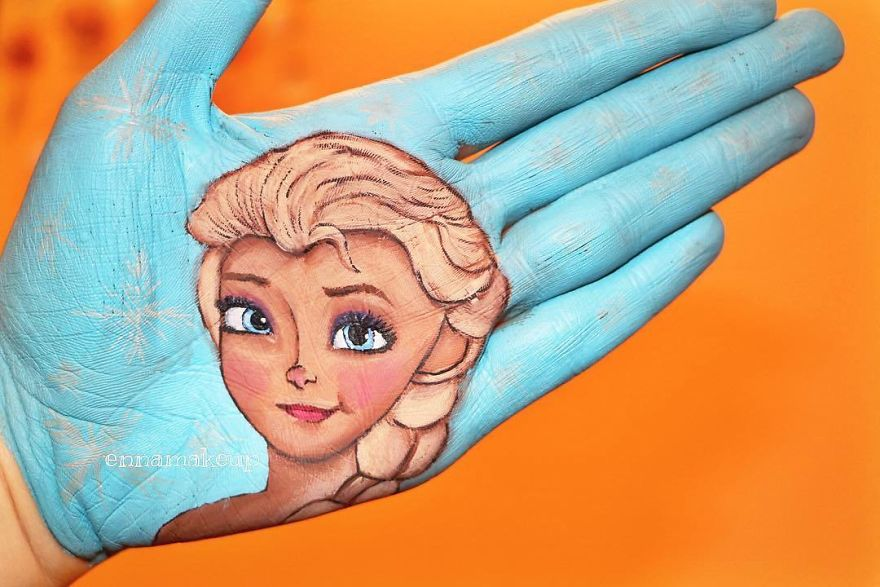 Girl On A Wheelchair Paints Her Hands With 3d Effects
