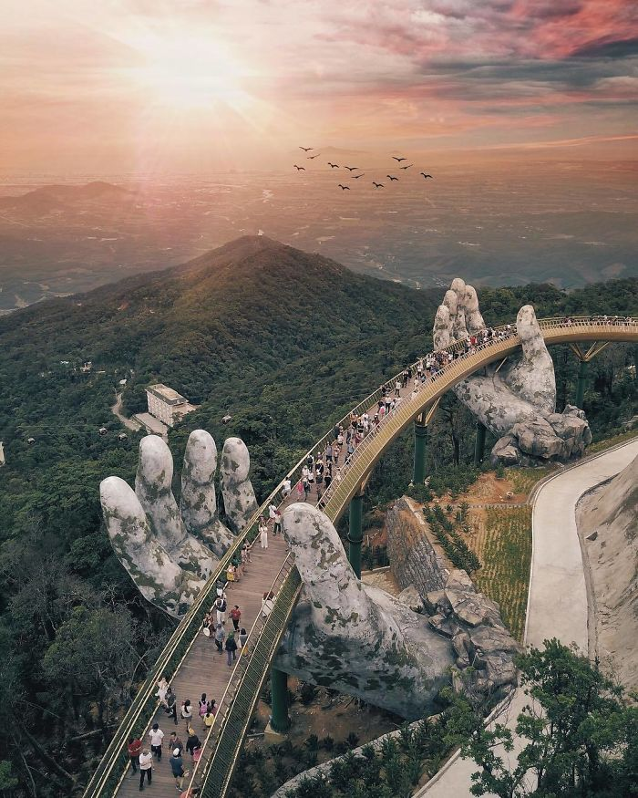 golden bridge da nang vietnam hands