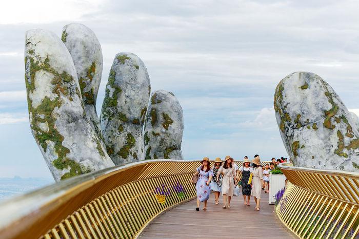 Un par de manos gigantes emergen de las colinas de Vietnam para sostener este nuevo e impresionante puente