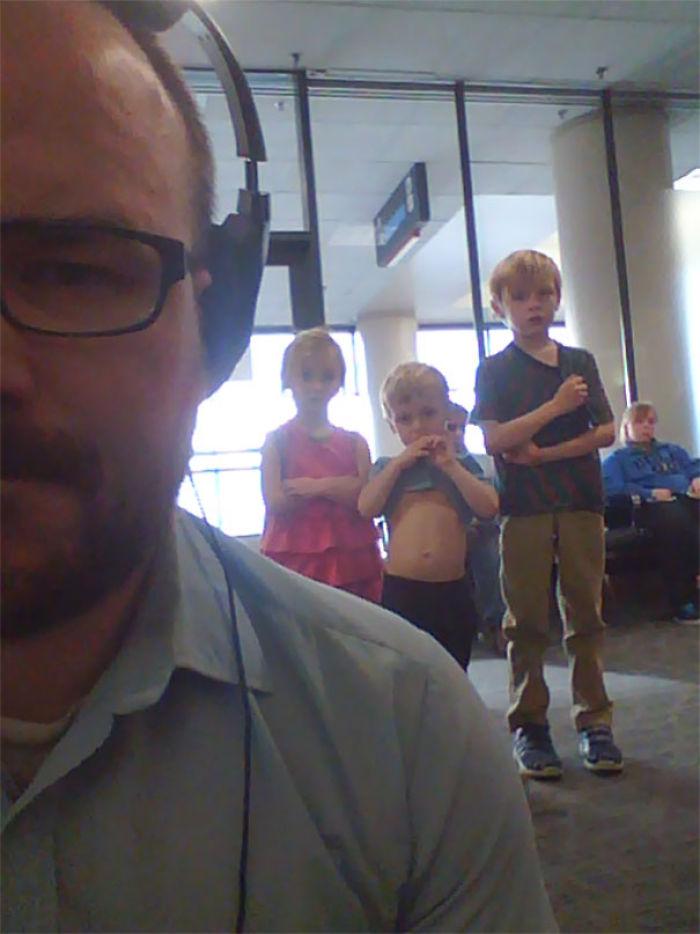 Estaba viendo Los Vengadores en el aeropuerto con el portátil... esto ocurría detrás de mi