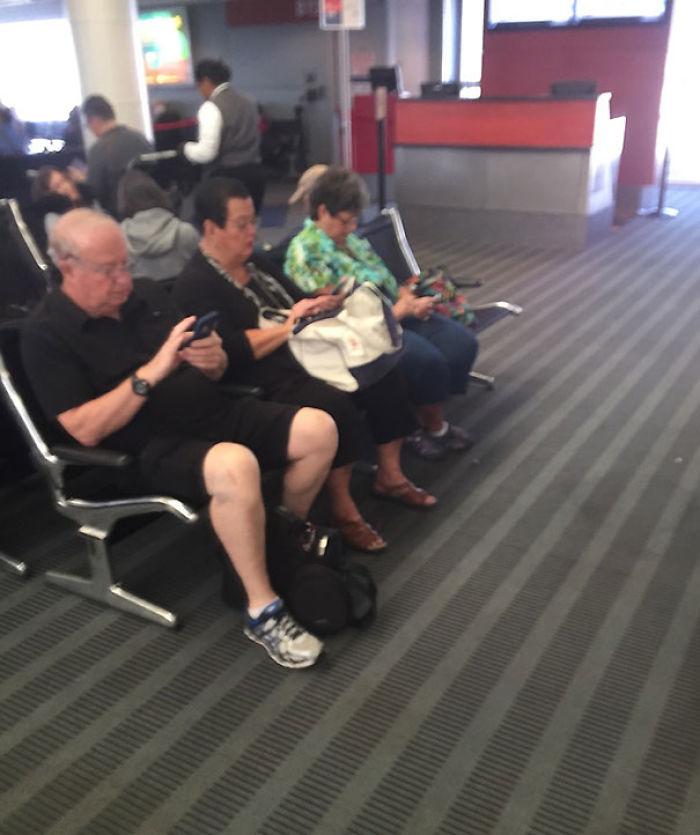Estos jóvenes y sus malditos móviles...