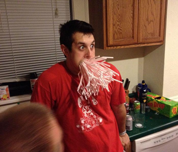 Mi amigo se emborrachó y apostó a que podía meterse toda una caja de pajitas en la boca