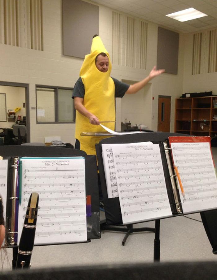 El director de la banda perdió una puesta y vino disfrazado de plátano
