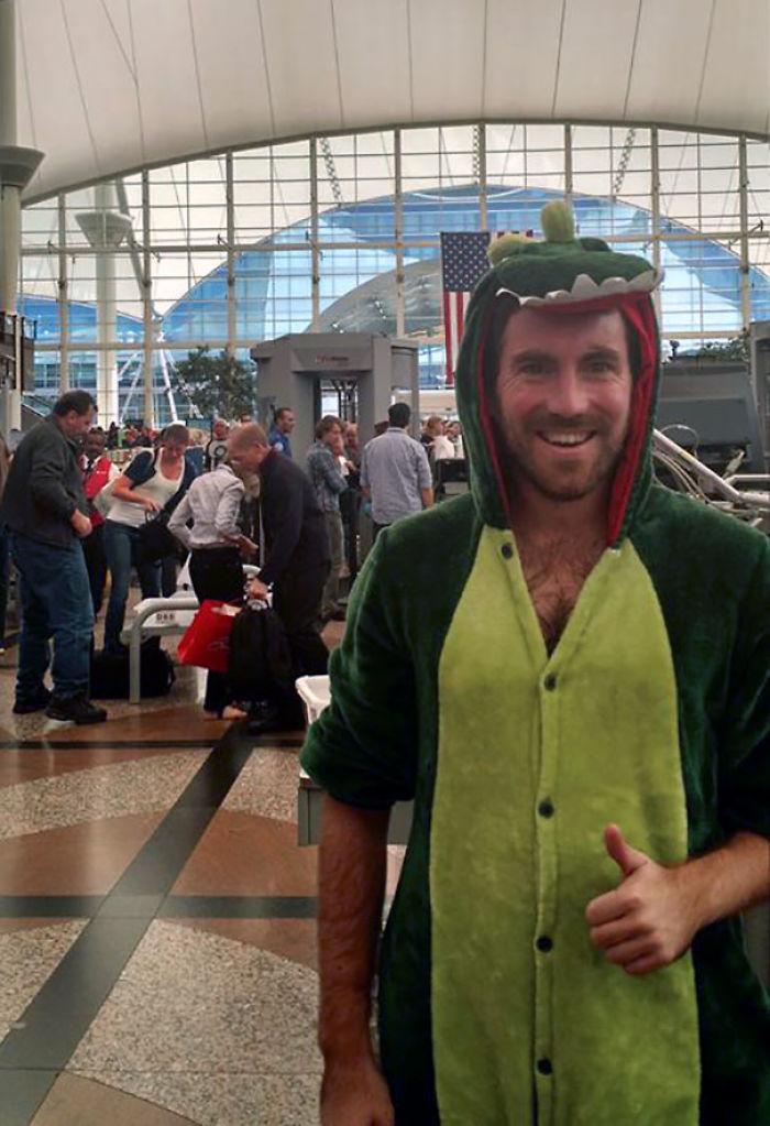 Perdí una apuesta y tuve que pasar la seguridad del aeropuerto vestido de dinosaurio
