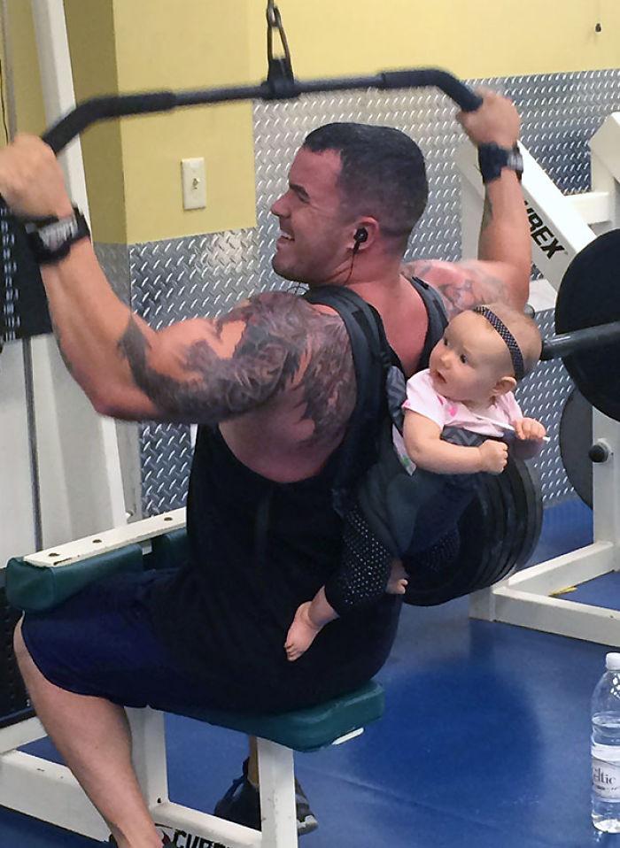 Este hombre hace ejercicio en mi gimnasio
