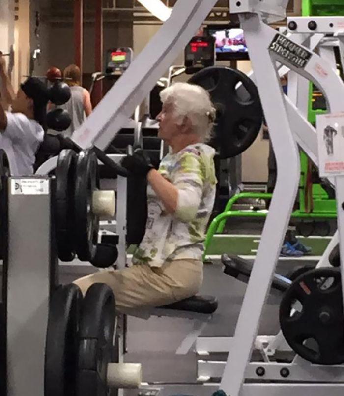 Tiene una competición de baile, su pareja tiene más de 90 y está algo débil, así que tiene que ejercitar para sostenerle