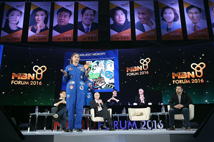 Nggak hanya pelatihan dari NASA saja, ia juga seorang pembicara publik yang aktif lho (dok. Bored Panda)