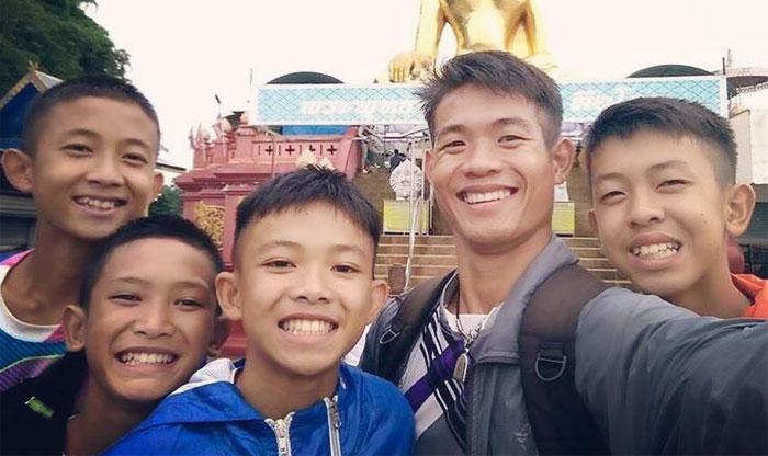 Estos 12 niños quedaron atrapados en una cueva tailandesa y su entrenador de fútbol los mantuvo vivos durante 18 días de forma increíble