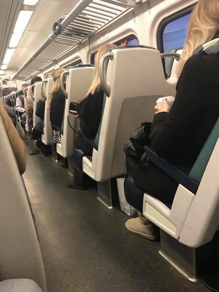 4 mujeres iguales en el tren