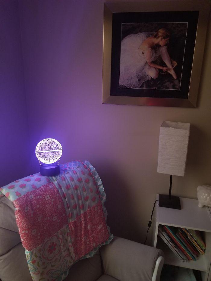 Mi esposa quiso que comprara una lámpara de Disney para que fuera a juego con el cuarto de nuestra hija de 3 meses
