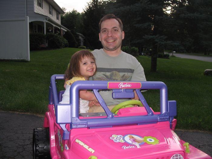 Lo bueno de ser pequeño es que puedes llevar a tu hija a casa en su jeep de Barbie cuando ha bebido demasiado