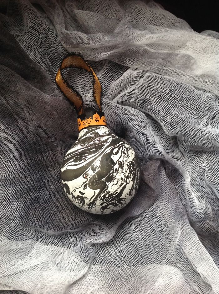 I Salvage Burnt Out Light Bulbs And Transform Them Into Hand-Painted Holiday Ornaments