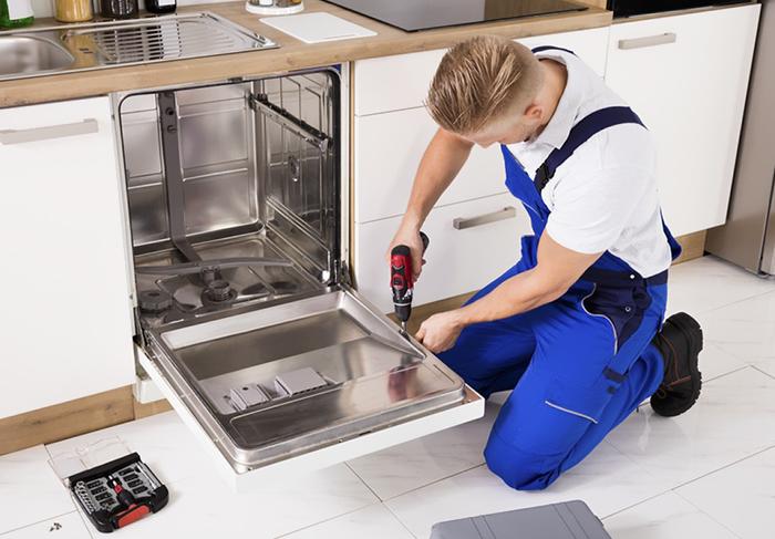 Este técnico de electrodomésticos comparte las historias más raras y NSFW que ha visto en casas de clientes