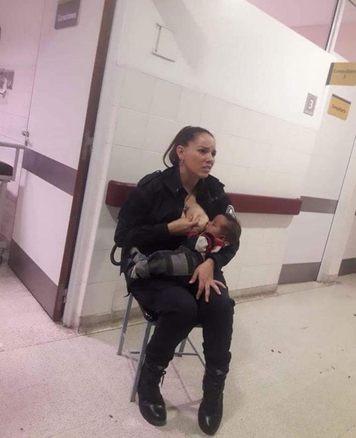"""El hospital estaba hasta arriba y dejaron de lado a este """"bebé sucio y maloliente"""", así que esta policía lo amamantó ella misma"""