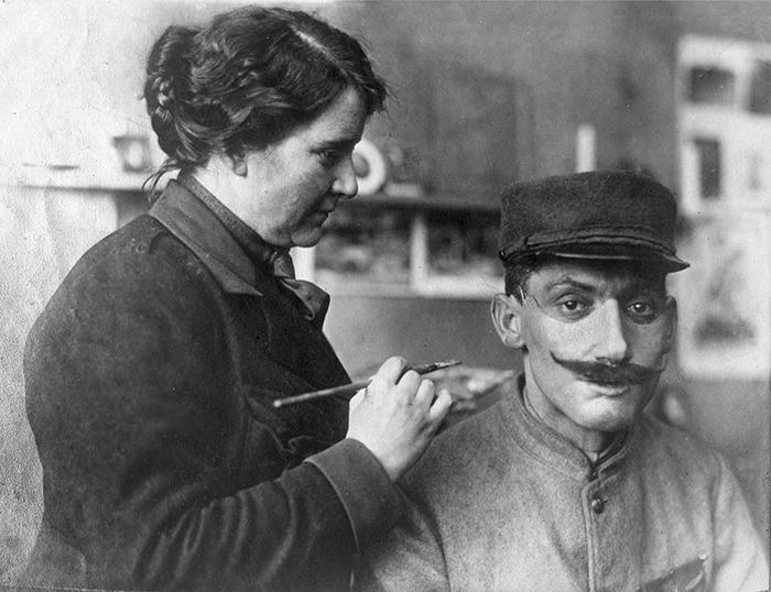 這個女人通過準確的面具恢復他們變形的面孔改變了第一次世界大戰退伍軍人的生活