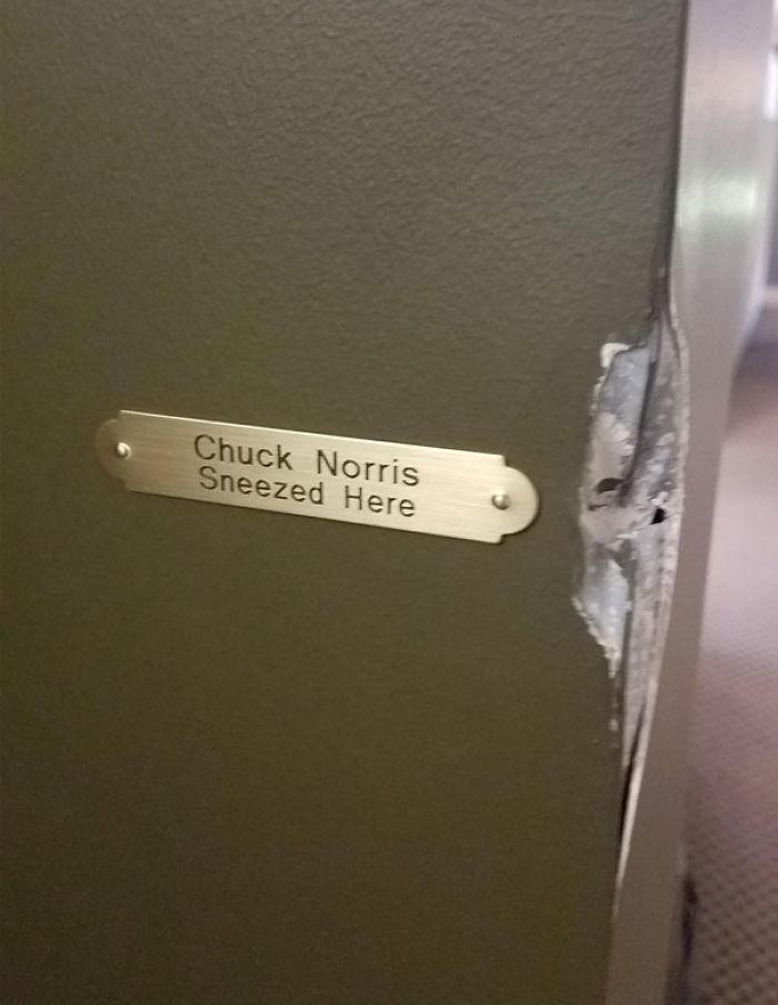Chuck Norris estornudó aquí