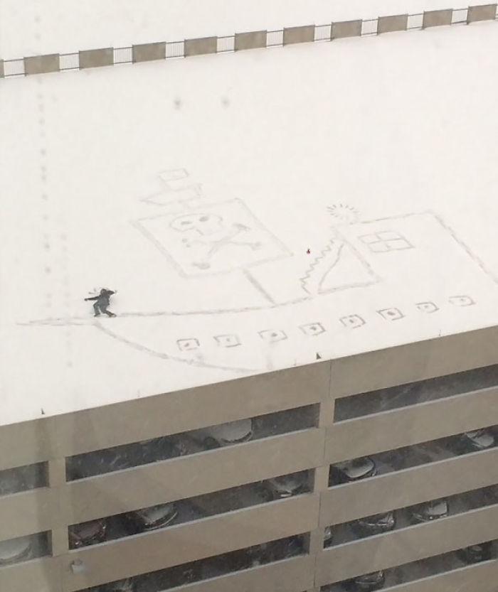 Al mirar por la ventana de la oficina vio el techo del parking y se le ocurrió una idea