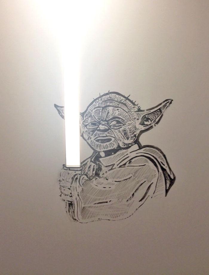 Esta nueva oficina tiene paredes en las que se puede pintar y borrar. Alguien ha hecho esto junto a una lámpara