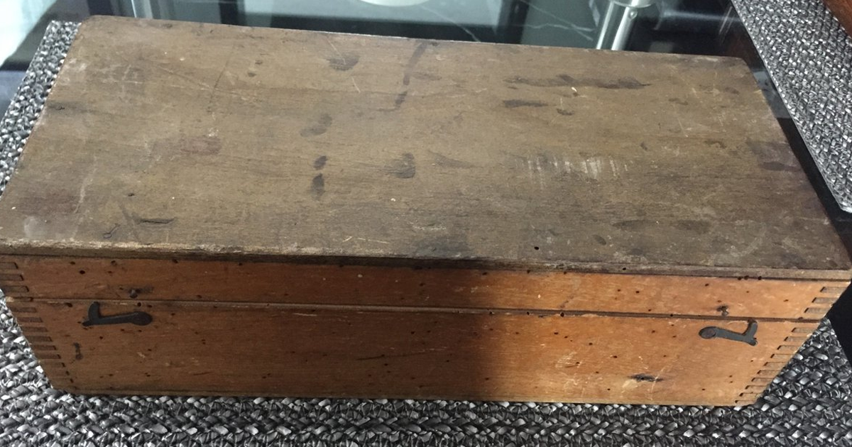 Man Buys A Mystery Old Box At Boot Sale For €4, Son Asks Internet To Identify What He Finds Inside