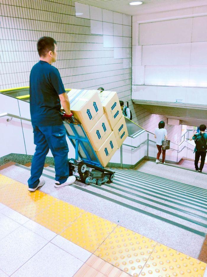 Este Tanque Estilo Escaleras Dolly En Japón