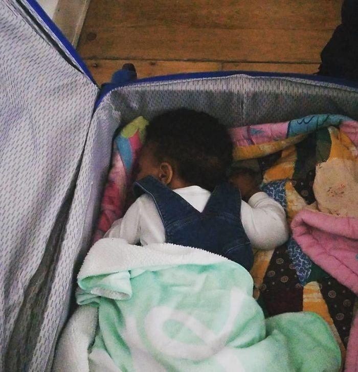 En caso de emergencia, una maleta puede servirles para dormir