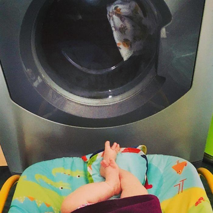 Si necesitas un rato tus manos libres, pon al bebé frente a la lavadora y un nuevo mundo de entretenimiento se abrirá ante él