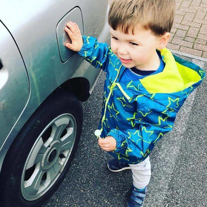 Cuando salgáis del coche en una zona con tráfico, dile a los niños que toquen la cubierta de la gasolina. Útil para que no deambulen, sobre todo si tienes varios niños a los que sacar del coche