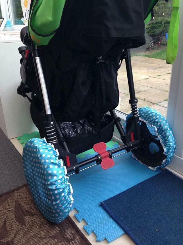 Si tienes que meter el carrito en casa, pon gorros de ducha en las ruedas para no manchar