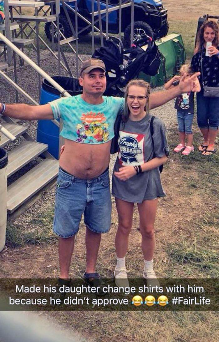 Este padre encontró a su hija en la feria y no le gustó lo que llevaba, así que le cambió la camiseta