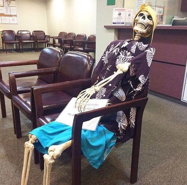 """המטופל: """"כמה זמן הוא מחכה במיון שלך?"""", RN זה השיב: רק לשאול את הגברת בפינה"""