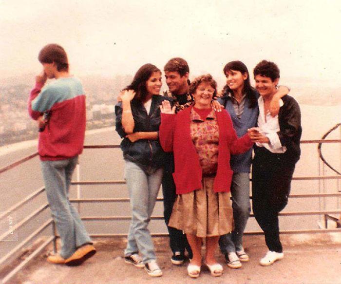 Mi primo sale en una foto familiar de su futura esposa (es el chico de la izquierda) en un viaje a Rio de Janeiro. 7 años antes de conocerse
