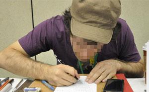 Este hombre le encarga a un artista pintarle un retrato gratis porque su hijo