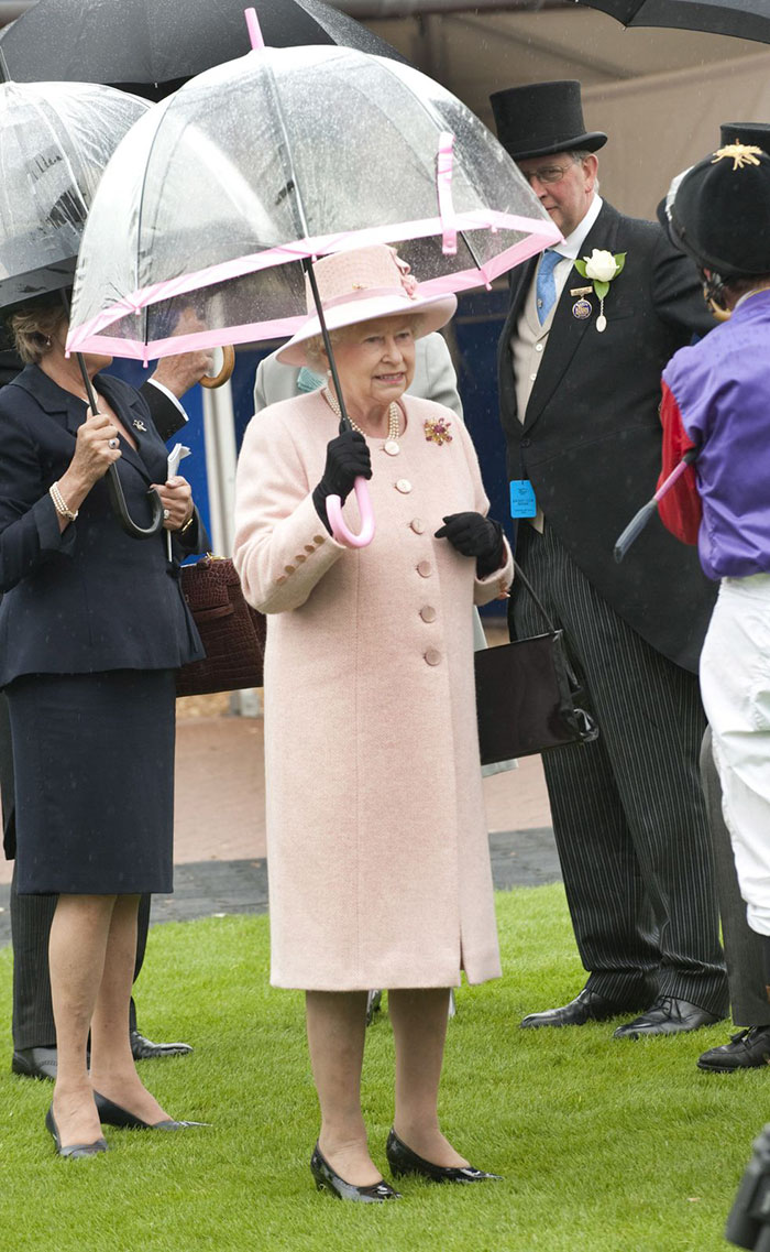 Высший свет. Галерея - Страница 15 Queen-elizabeth-outfit-matching-umbrellas-5b8ceec3ed26e__700