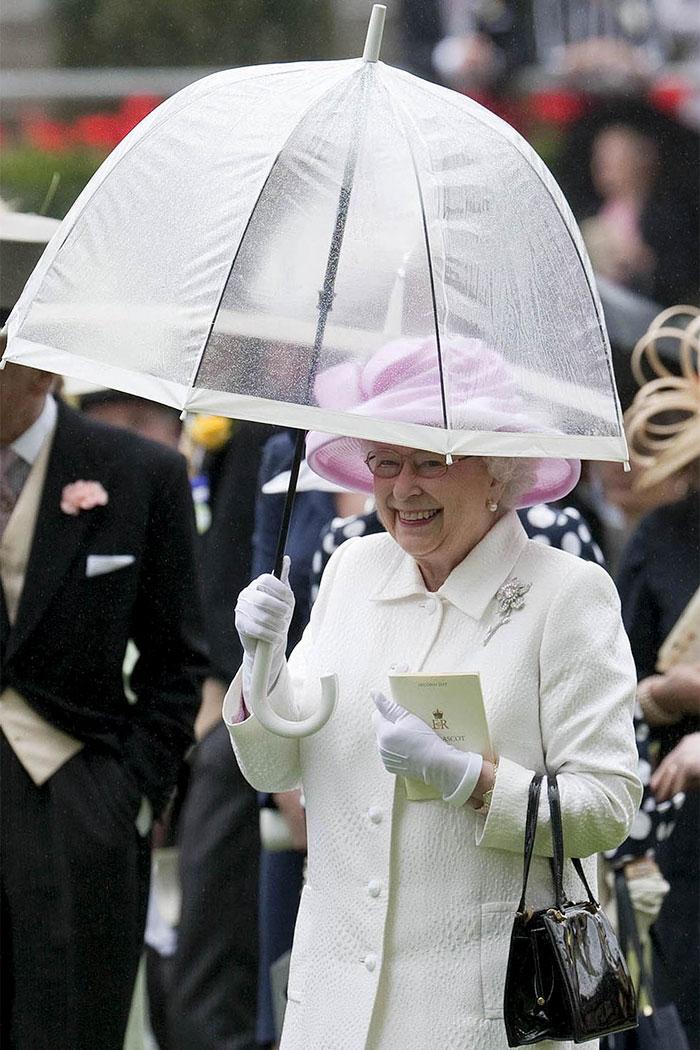 Высший свет. Галерея - Страница 15 Queen-elizabeth-outfit-matching-umbrellas-5b8ceec77befd__700